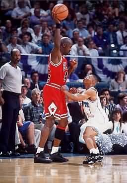 Mugsy Bogues guarding Michael Jordan